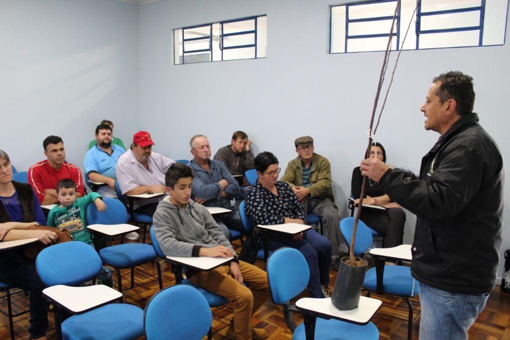 Secretaria de Agricultura e Meio Ambiente de Tio Hugo conscientiza cidadãos sobre manutenção de pomares