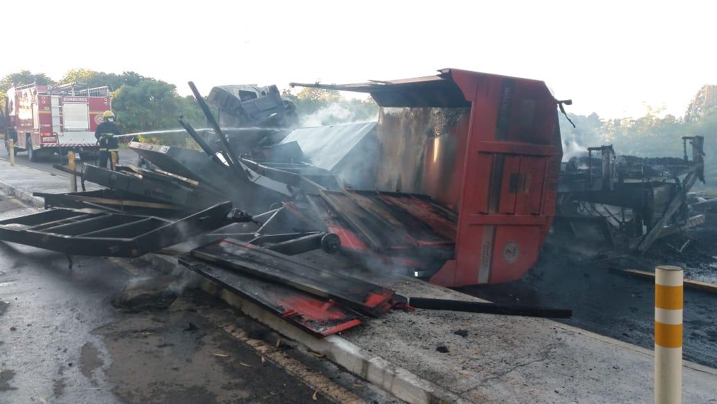 Caminhão pega fogo e causa bloqueio na BR-386 em Mormaço