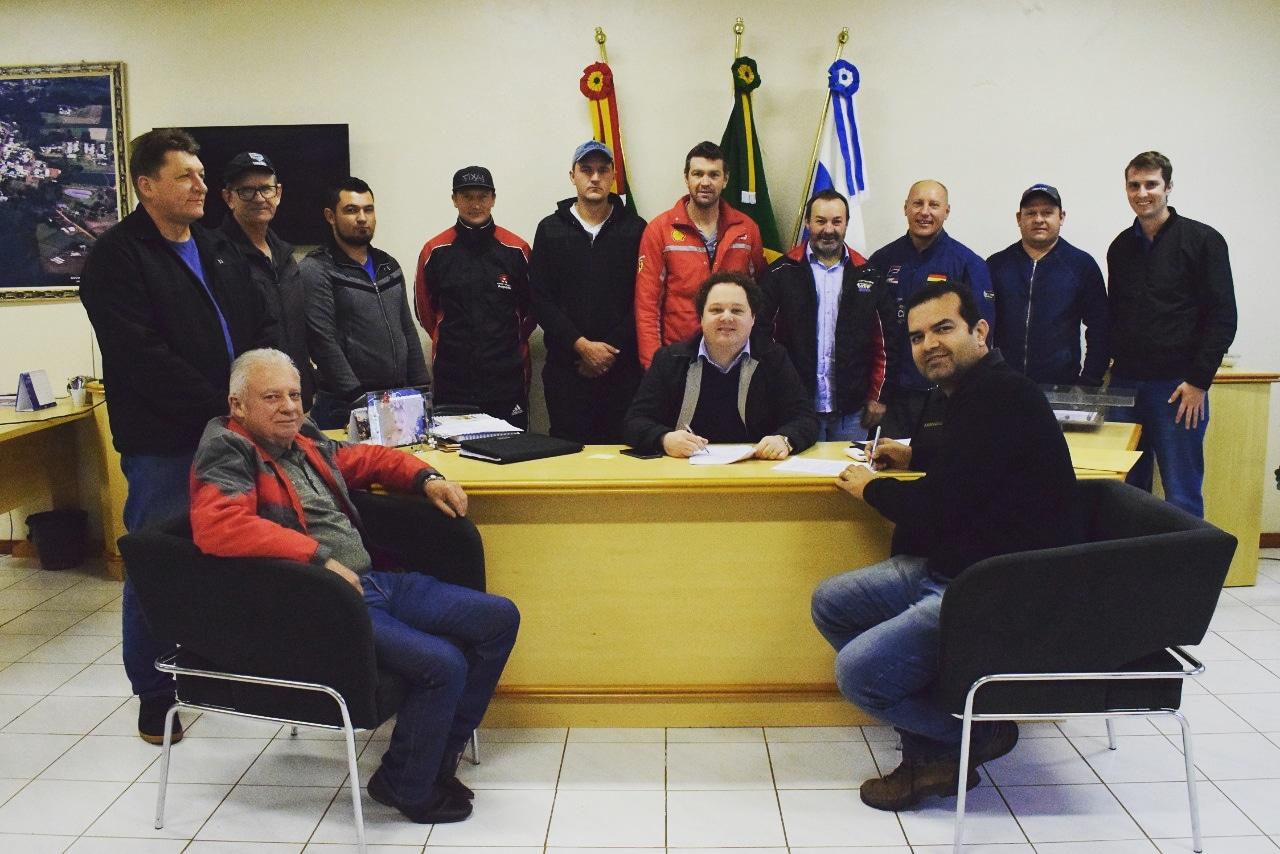 Prefeito de XV de Novembro assina contrato do asfaltamento para Sede Aurora