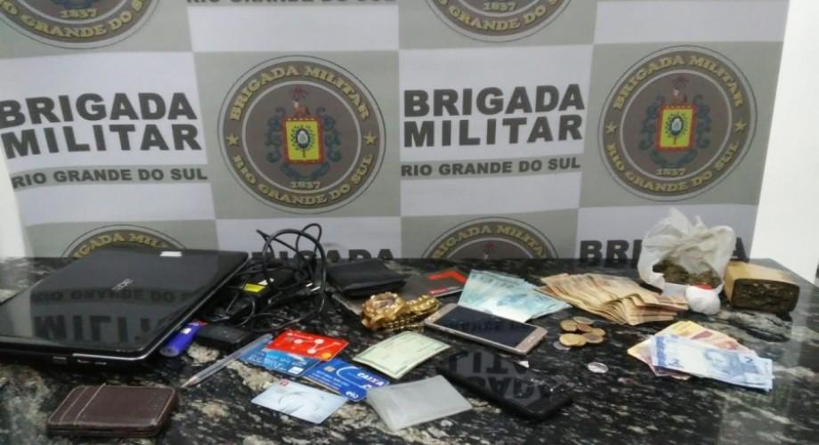 Durante fuga dupla sofre acidente e BM apreende drogas e dinheiro em Ibirapuita