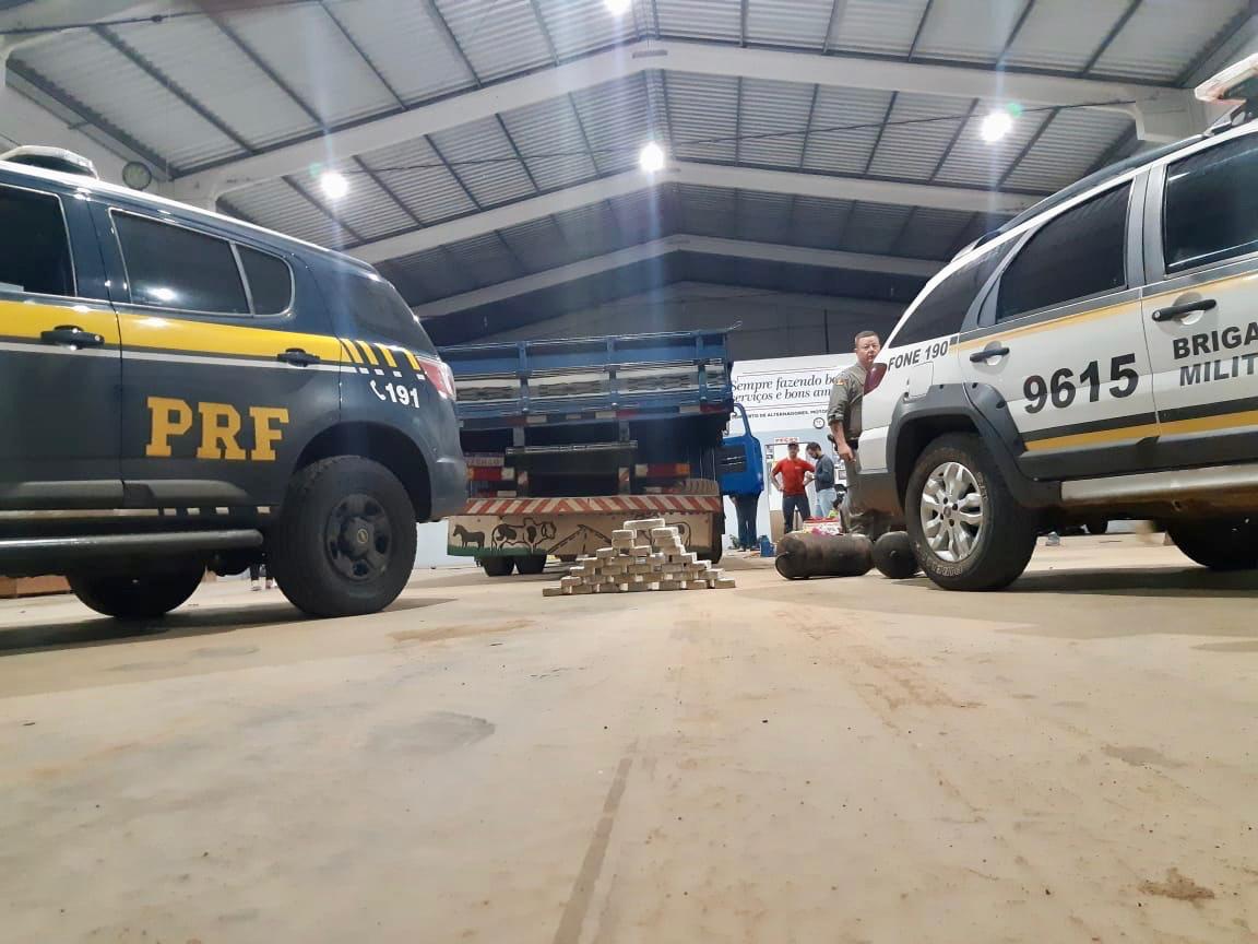 PRF e Brigada apreendem 30 quilos de cocaína dentro de caminhão em Tio Hugo