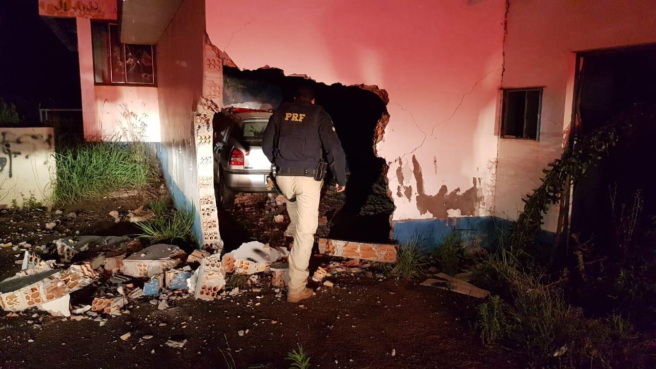 Motorista morre após perder o controle do carro e bater em antigo posto de pedágio na BR-285, em Carazinho