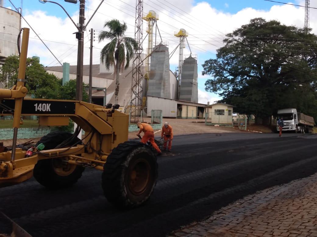 Ruas de Campos Borges recebem pavimentação asfáltica e calçamento