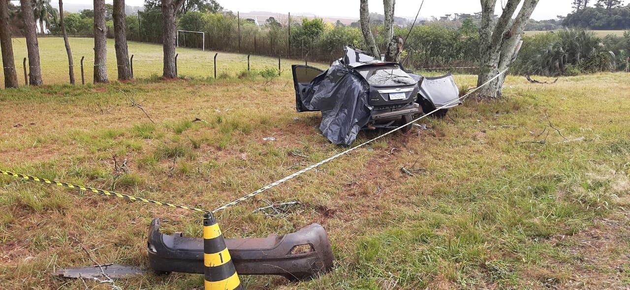 Mulher morre ao colidir veículo em árvore em Tapera