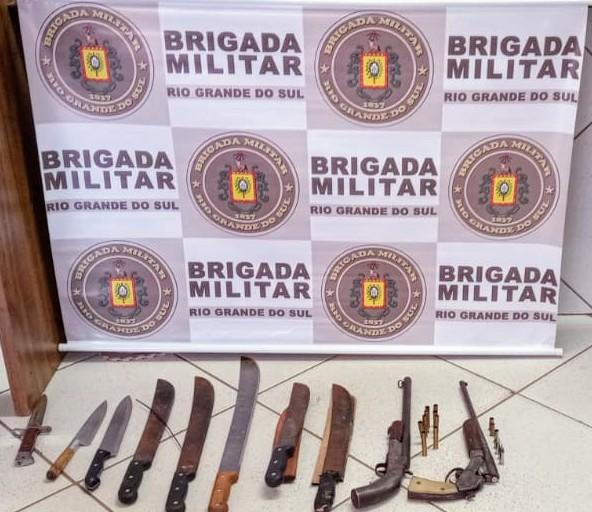 Dois homens são presos e sete adolescentes apreendidos com armas de fogo em Não-Me-Toque
