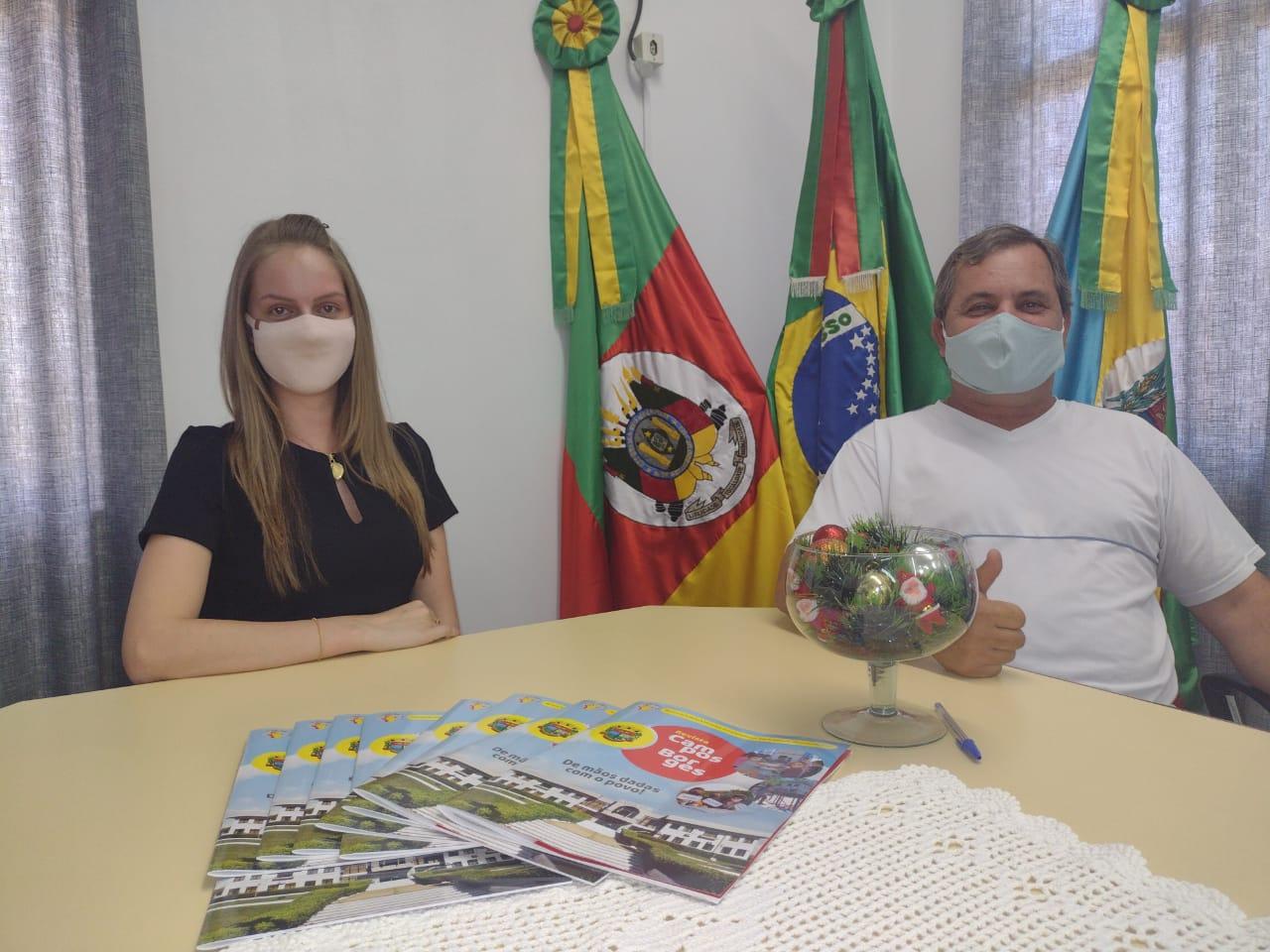 Administração de Campos Borges distribui revista informativa com suas obras