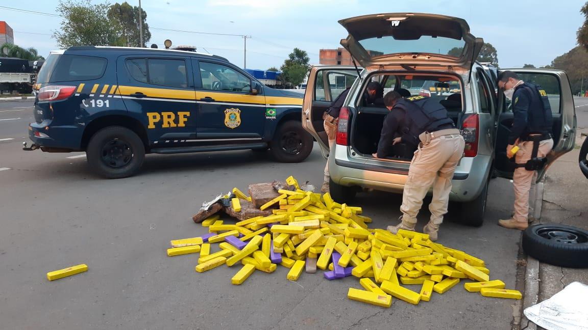PRF prende dois traficantes transportando 300 quilos de maconha em um carro roubado em Passo Fundo