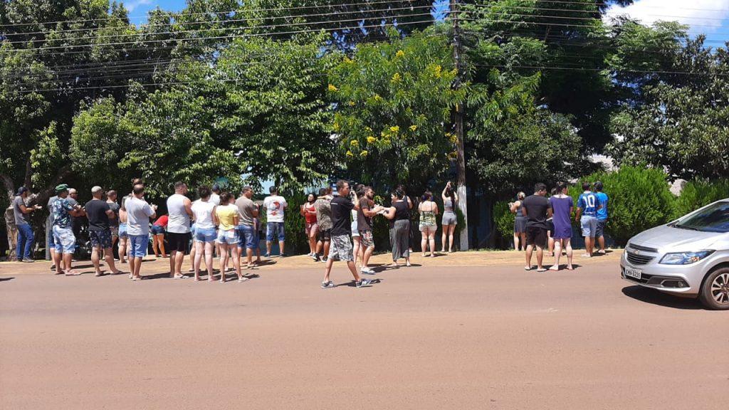 Populares protestam em frente ao Presídio de Espumoso