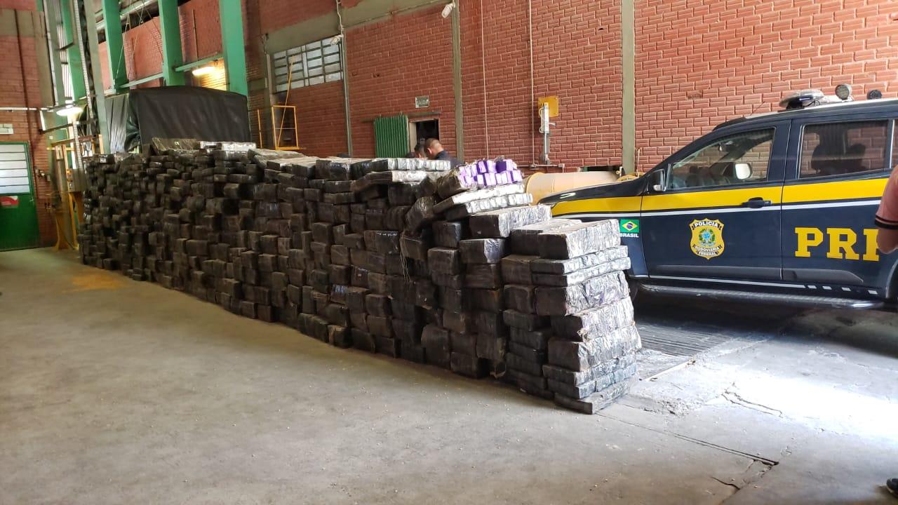 PRF prende traficante com carreta bitrem carregada com quase 6 toneladas de maconha em Fontoura Xavier