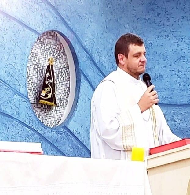 Padre de Não-Me-Toque, fez um apelo dramático no Cemitério da Comunidade Católica