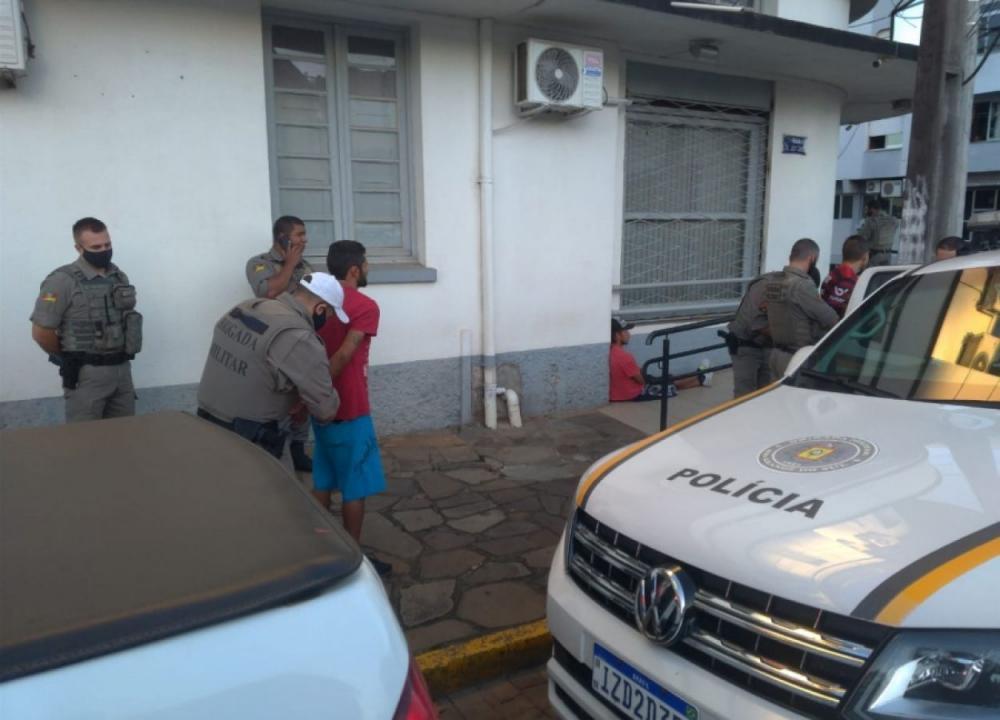 Dois homens são presos por tráfico de drogas e tortura em Soledade