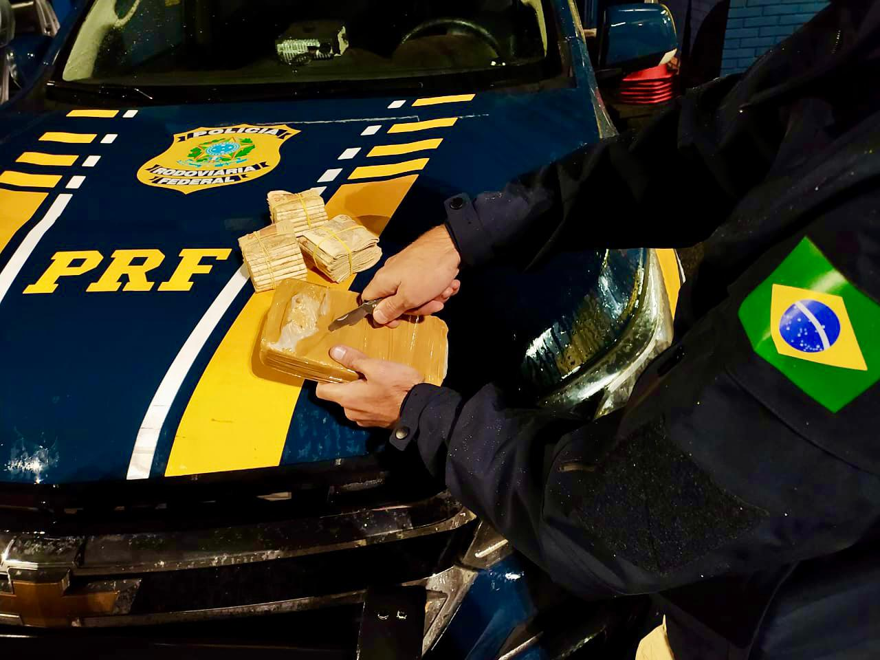 PRF prende três traficantes com cocaína e apreende 30 mil reais sem comprovação de origem em Passo Fundo