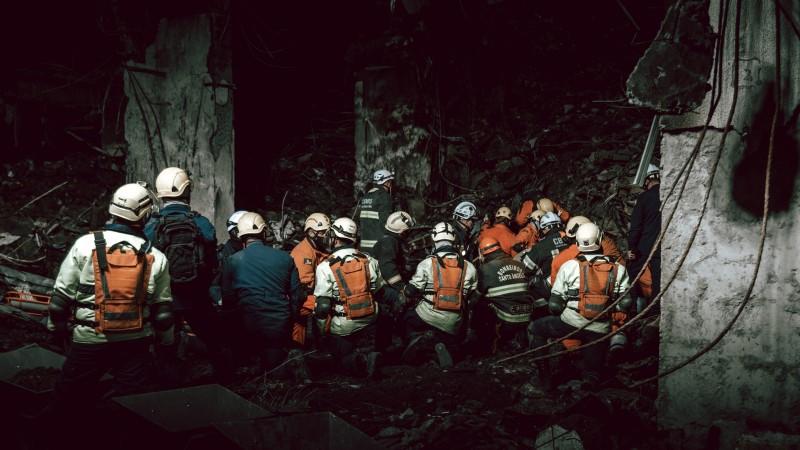 Equipes encontram corpos dos dois bombeiros sob escombros do prédio da SSP