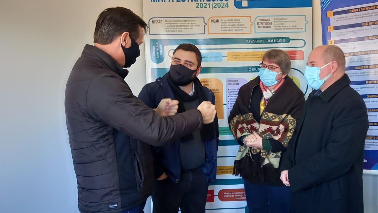 Presidente da Assembleia, Gabriel Souza, e deputado Clair Khun visitam Hospital São Sebastião