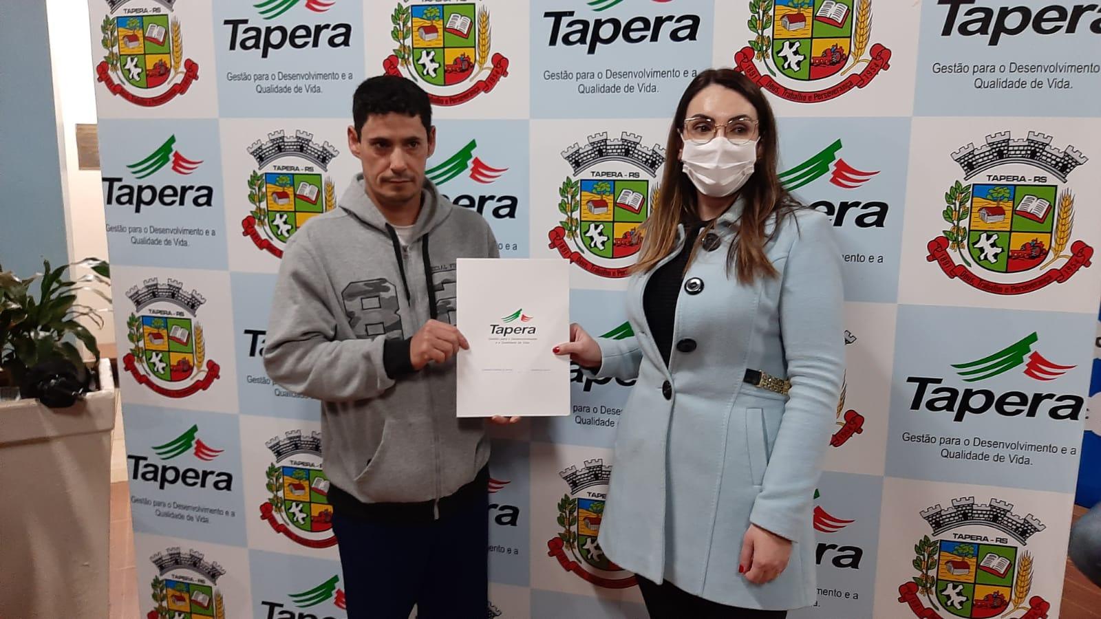 Moradores da Vila Paz, Tapera, recebem escrituras de terrenos