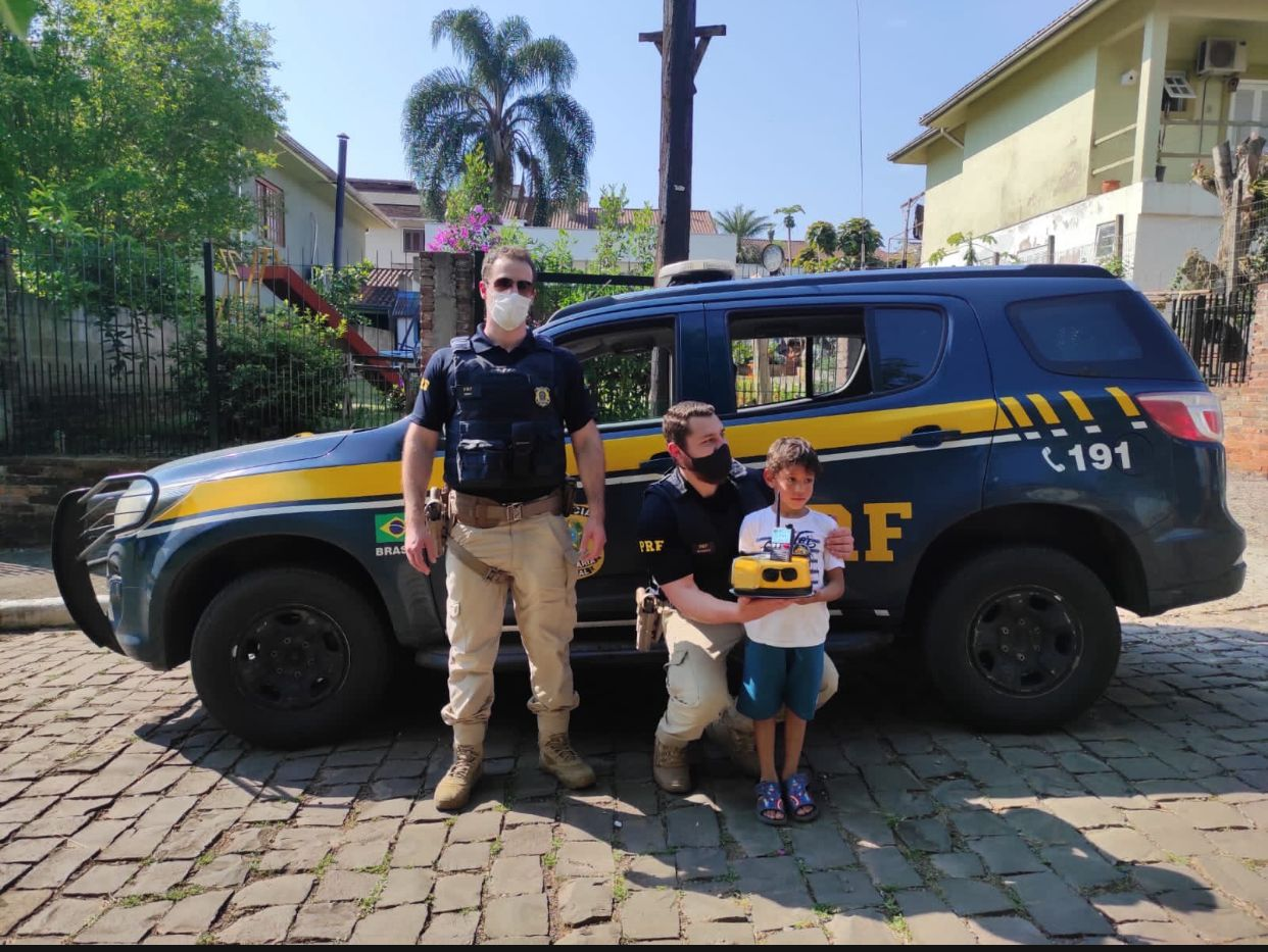 PRF visita duas crianças no dia de seus aniversários em Lajeado