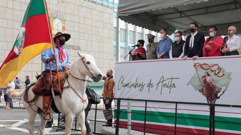 Desfile de cavalarianos marca o 20 de Setembro em Porto Alegre e encerra a Semana Farroupilha no RS