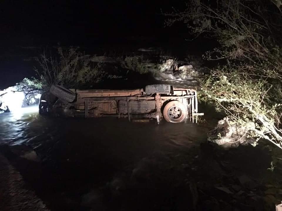 Camionete Toyota Hilux com placas de Espumoso, caiu no leito de ponte no Rio Guaporé