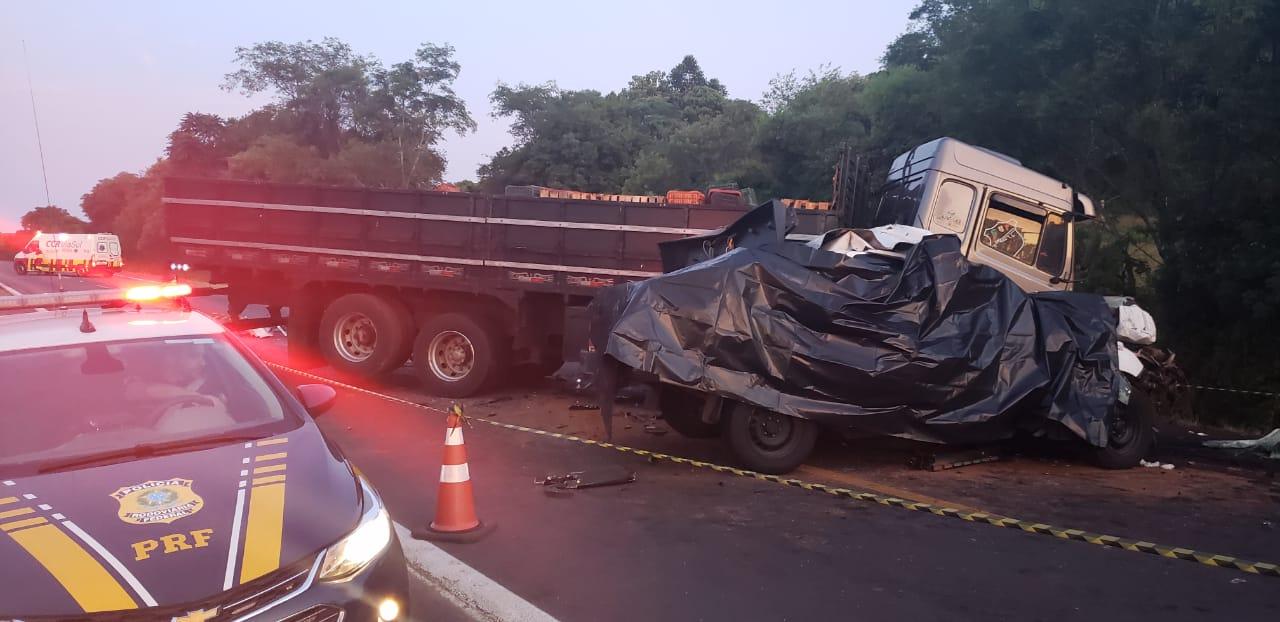 Homem morre ao colidir caminhonete em caminhão no Mormaço