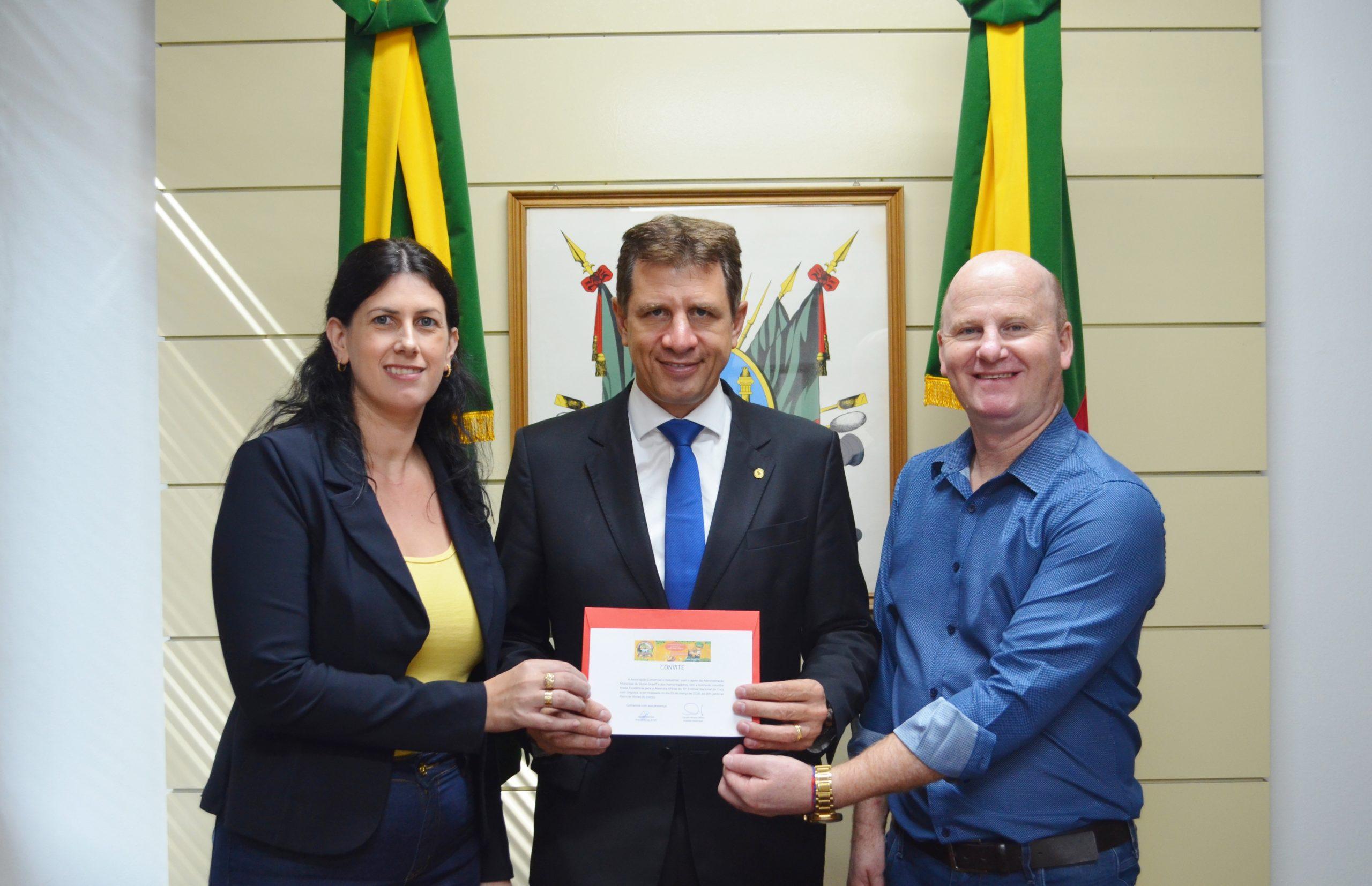Prefeitura e ACIVG entregam convites para o 19º Festival Nacional da Cuca com Linguiça a autoridades em Porto Alegre