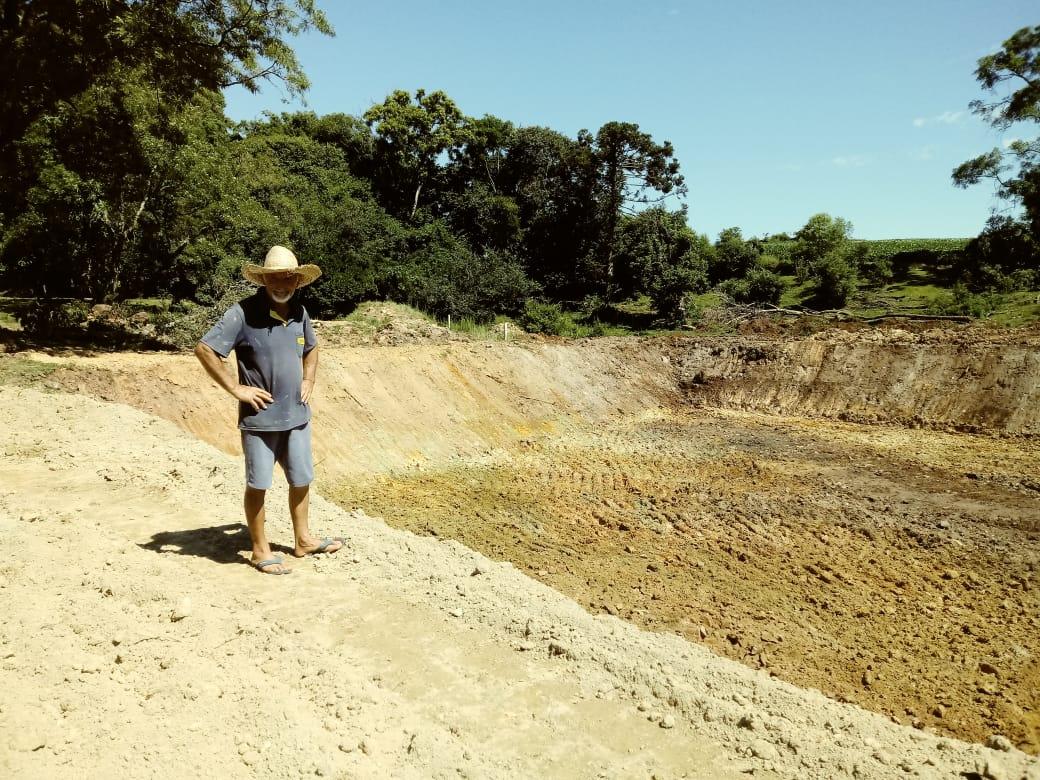 Agricultor Leonel Orsolin comemora construção de açude em sua propriedade