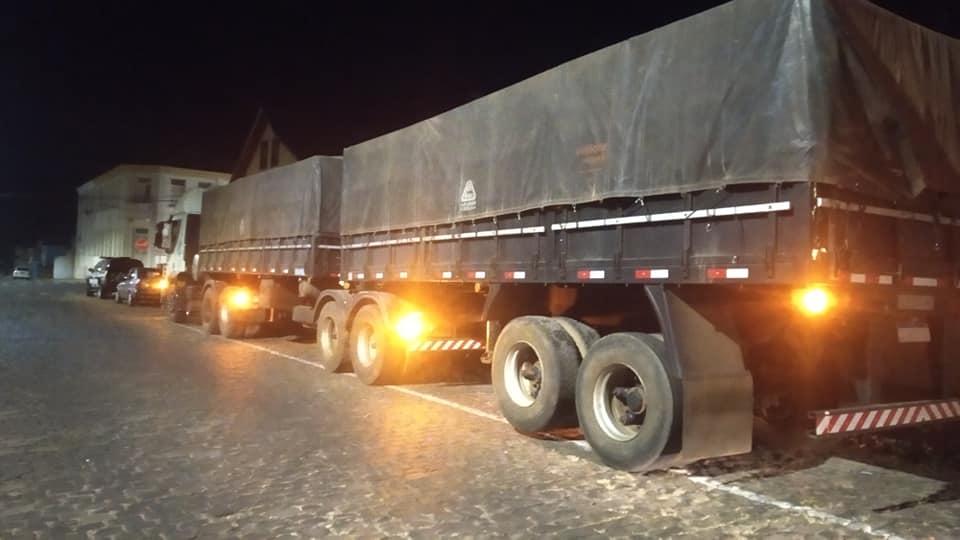 Carreta roubada com carga de soja em Ernestina é recuperada pela BM de Soledade