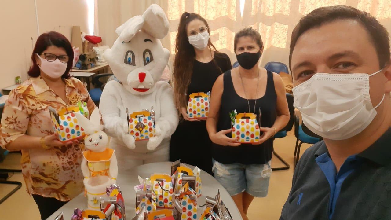 Tio Hugo – Páscoa para todos: município entrega cestas para crianças e jovens de baixa renda
