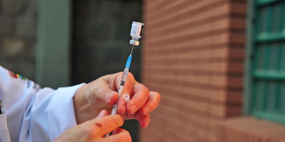 Número de vacinas da Astrazeneca registradas após validade no RS é menor que o divulgado
