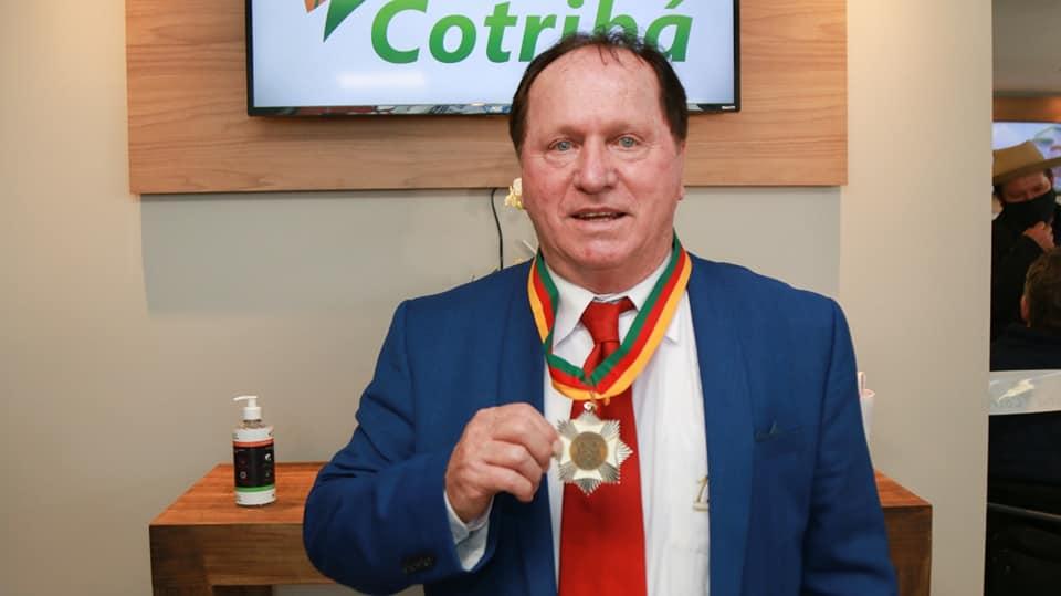 Presidente da Cotribá recebe Medalha do Mérito Farroupilha