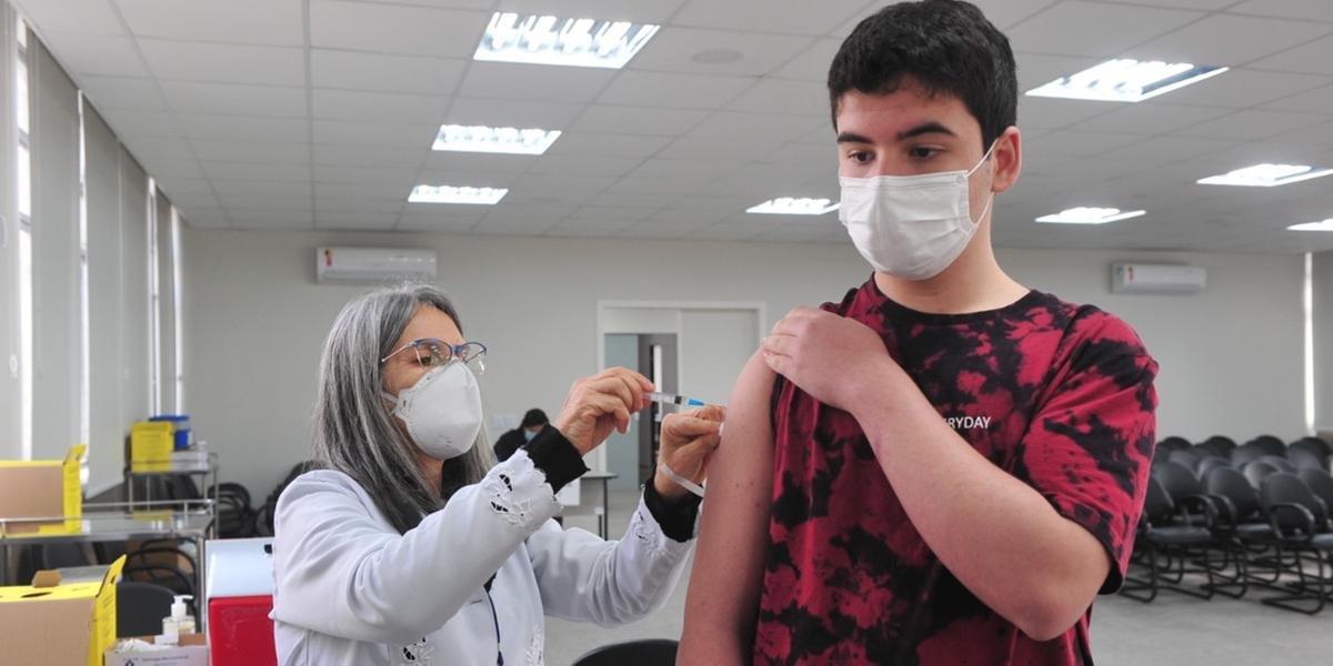 Ministério da Saúde recua e retoma vacinação de adolescentes