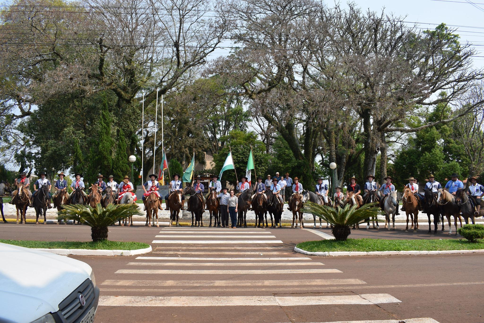 CTG Porteira do Faxinal realizou tradicional Desfile Farroupilha do dia 20 de setembro