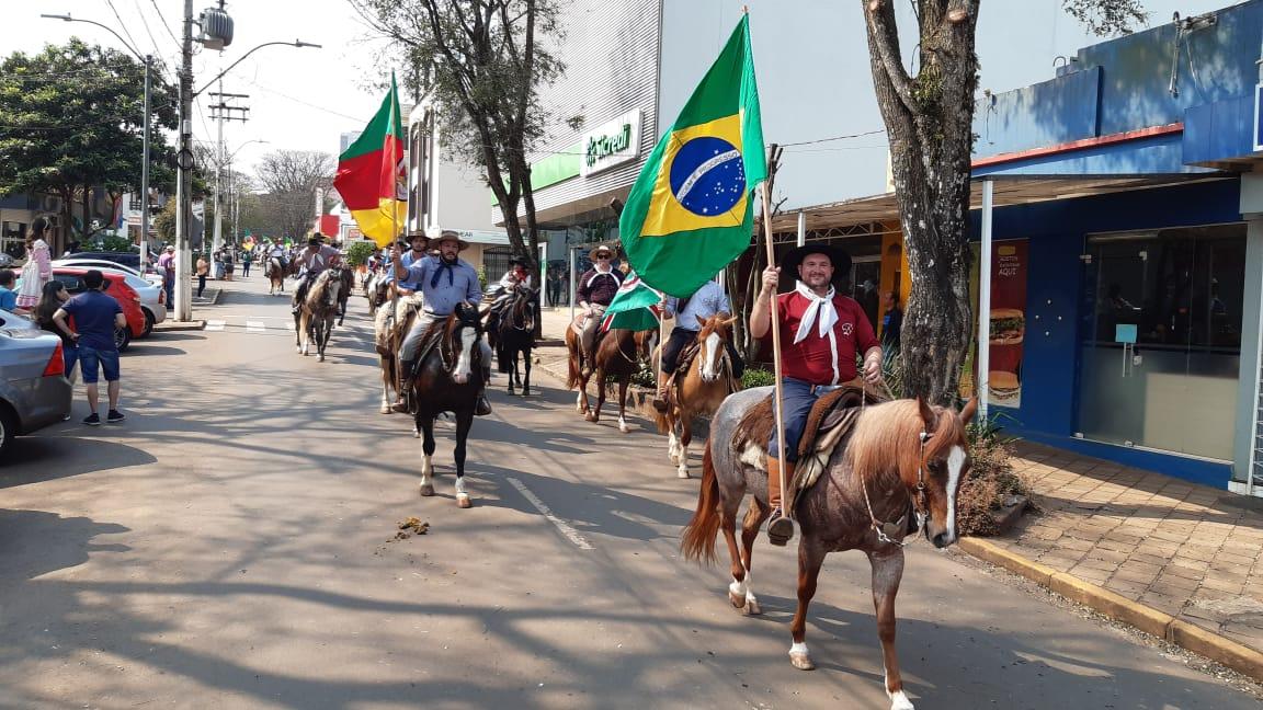 Tradicionalistas desfilaram hoje, em Espumoso, no encerramento da Semana Farroupilha