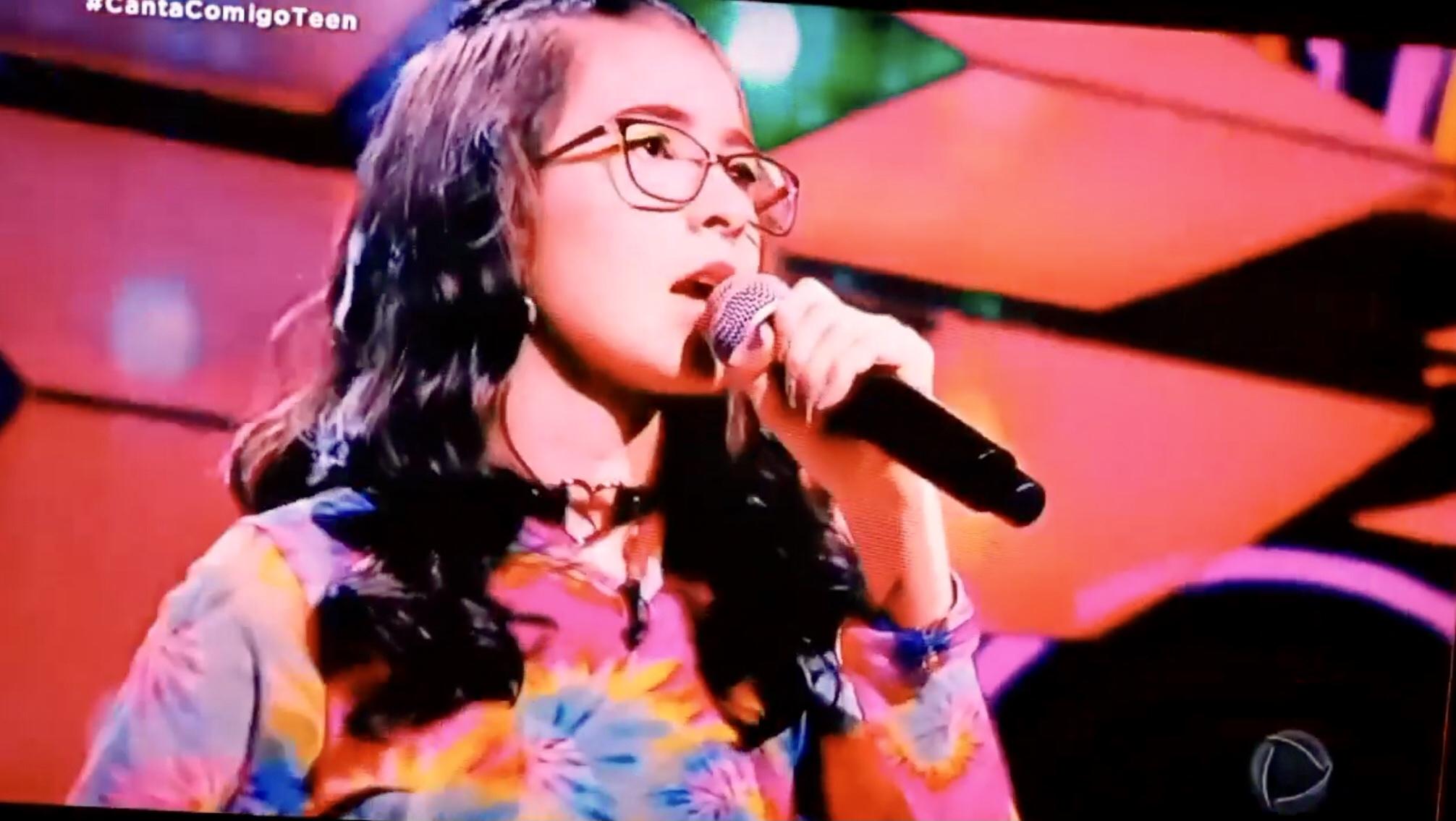 Gabi Azevedo faz lindo show e representa Espumoso no programa Canta Comigo Teen2, na Rede Record