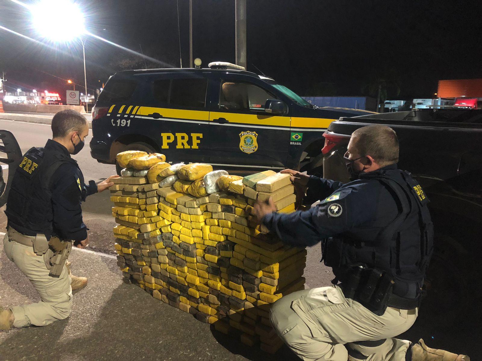 PRF apreende caminhonete clonada com mais de 350 quilos de maconha e skunk em Passo Fundo
