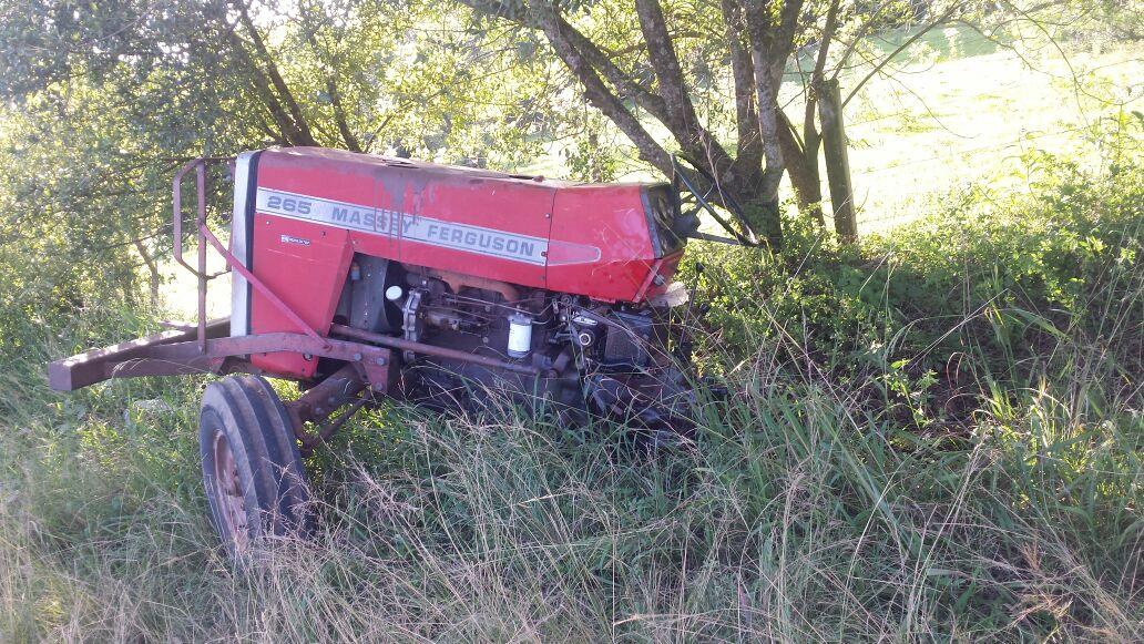 Trator quebra ao meio em acidente com carreta em Campos Borges