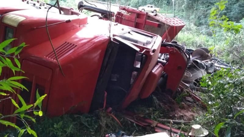 Caminhão tomba na ERS-400 em Candelária