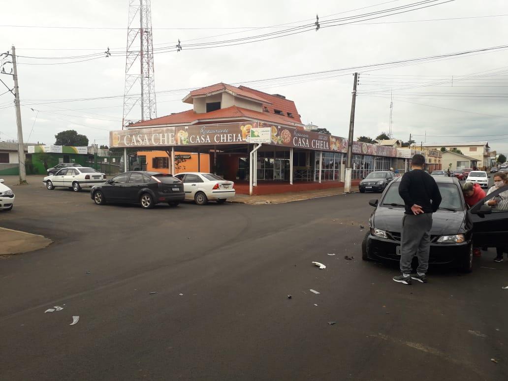 Carros se chocam no Centro de Salto do Jacuí