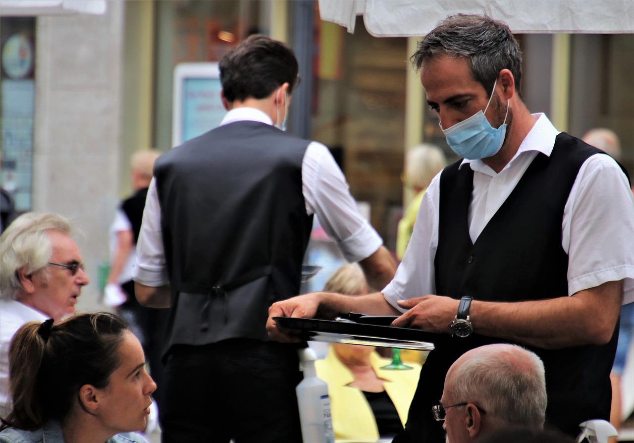 Setor de serviços cresce 3,7% em fevereiro e supera pela primeira vez nível pré-pandemia