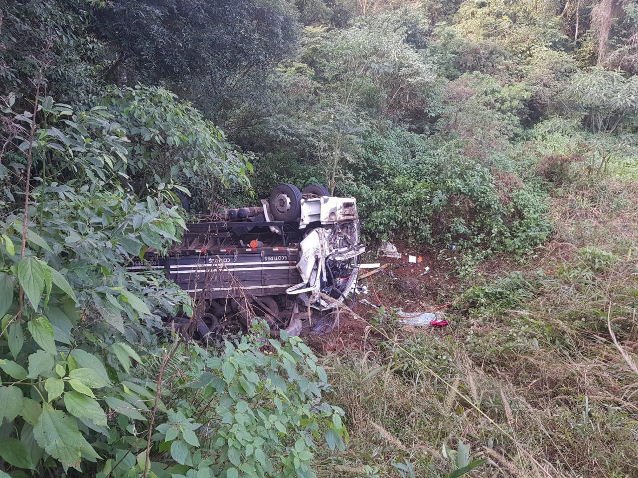 Acidente com caminhão deixa uma pessoa morta na Curva das Cobras