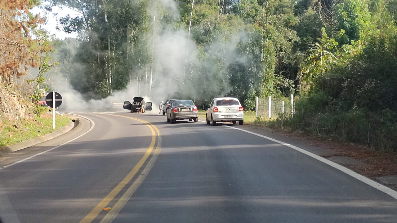 Bombeiros Voluntários de Sobradinho atendem incêndio em veículo na ERS-400