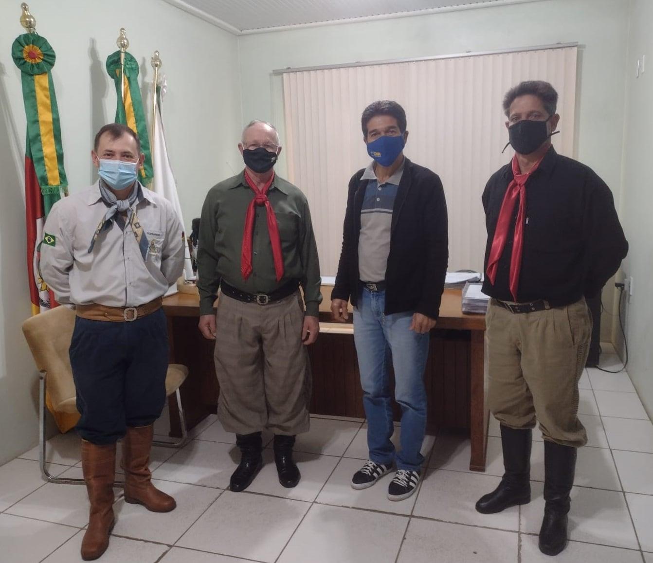 Prefeito de Segredo recebe tradicionalistas do município