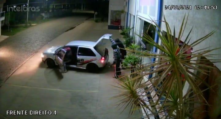 Criminosos roubam cofre de supermercado e levam vigilante como refém