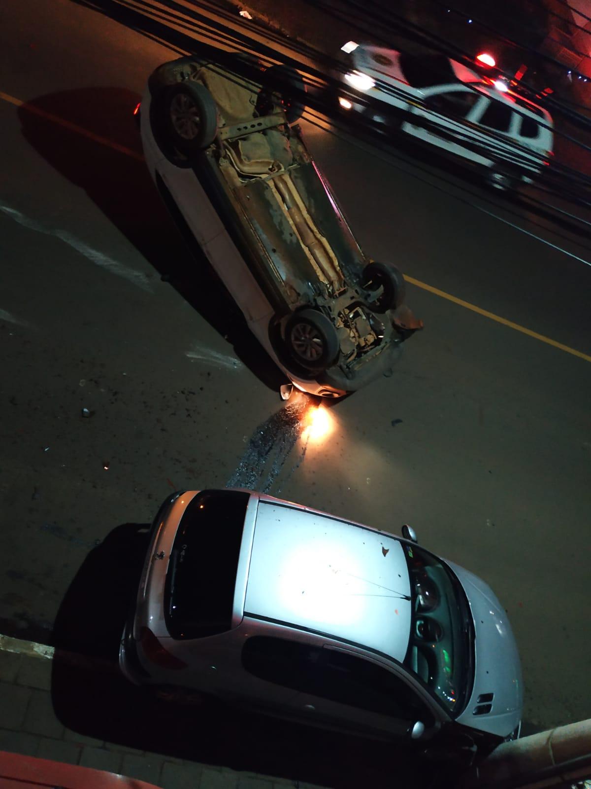 Motorista perde controle e carro capota na Av Pio XII