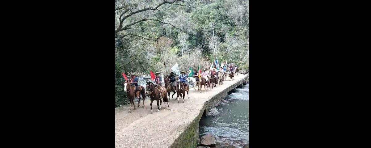Cerca de 70 cavaleiros estão em direção ao Centro Serra com a Chama Crioula da 14ª RT