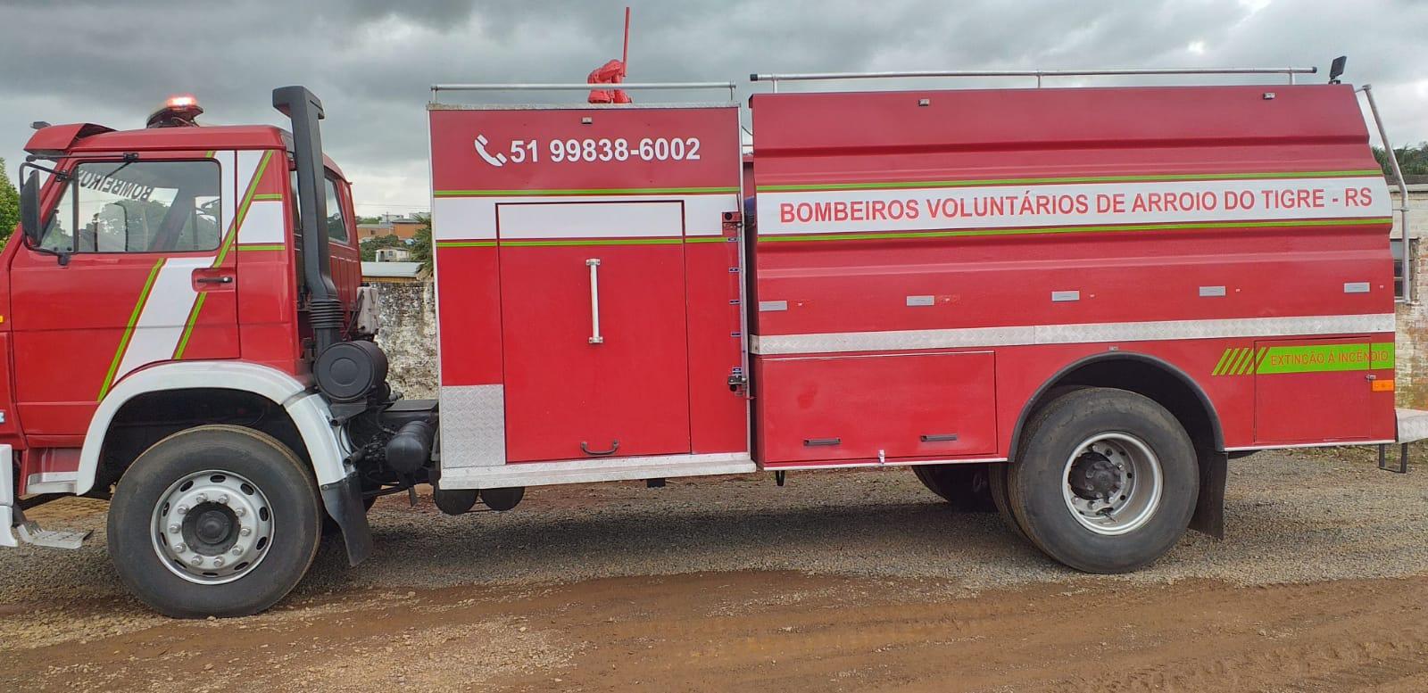 Bombeiros Voluntários de Arroio do Tigre recebem caminhão de combate a incêndio