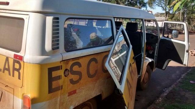 Porta de Transporte Escolar cai na rua em Salto do Jacuí