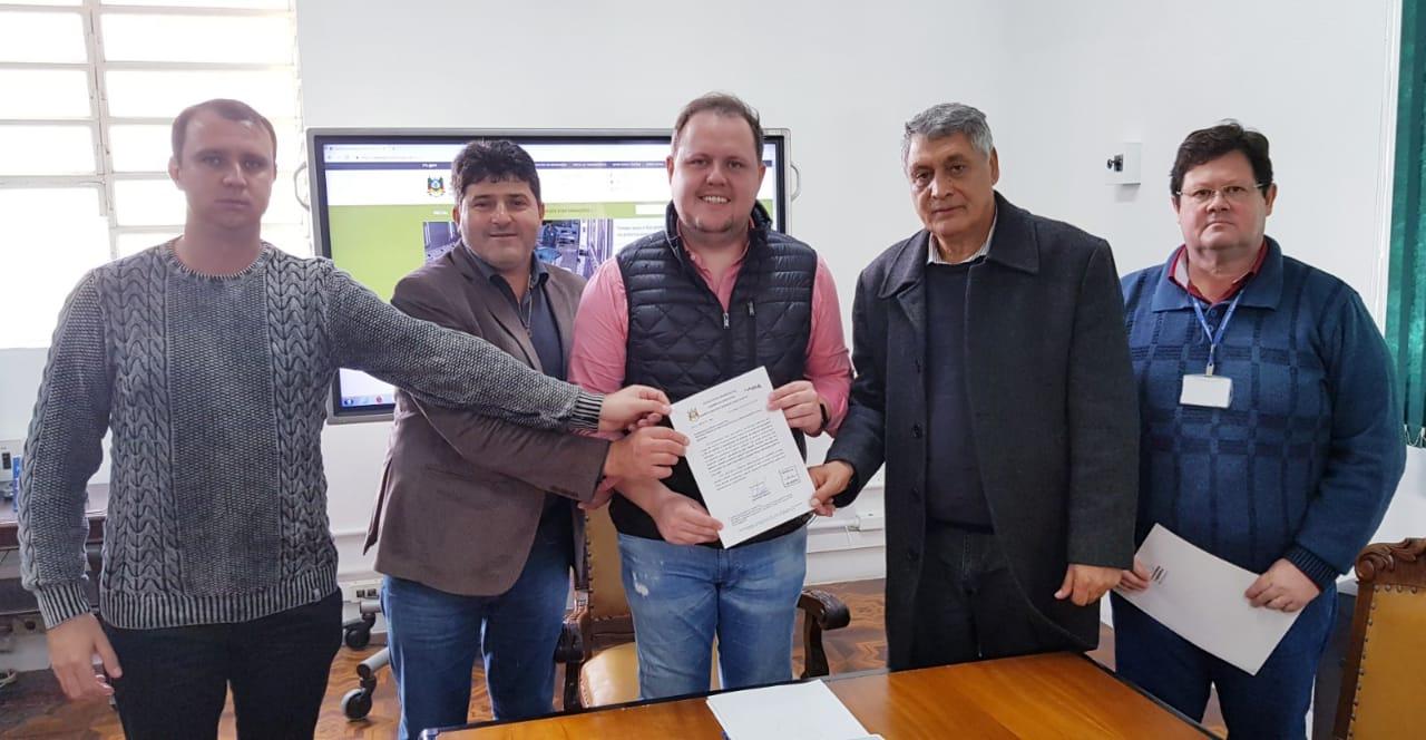 Deputado Brito e Prefeito de Ibirapuitã entregam reivindicações do Município junto ao Secretário Covatti Filho