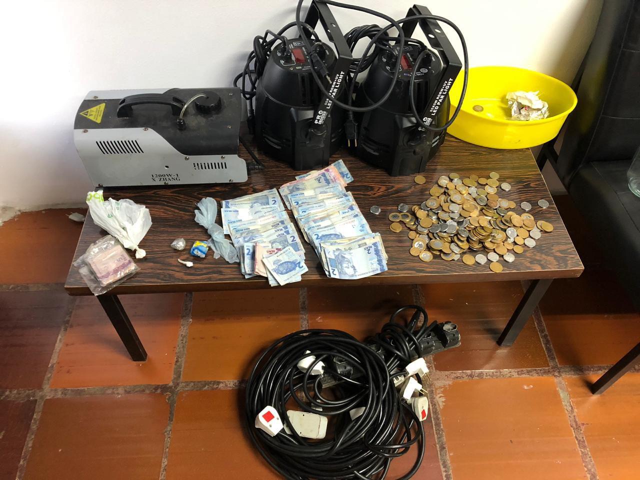 Polícia Civil cumpre mandado de busca e apreensão por tráfico de drogas e receptação em boate na cidade de Arvorezinha