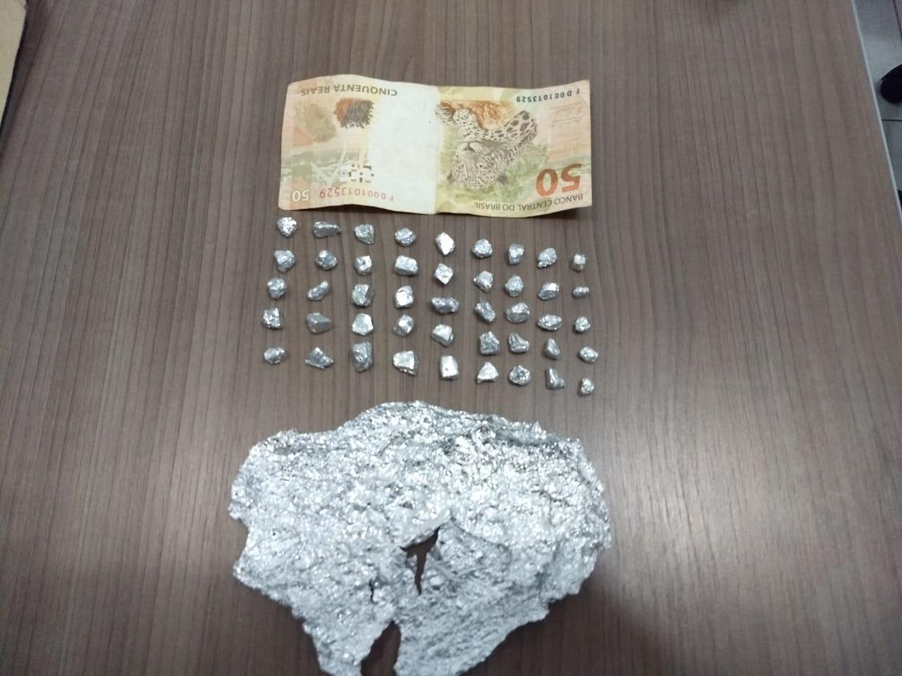 Pedras de crack, dinheiro e celular são encontrados em residência de homem preso em Tapera