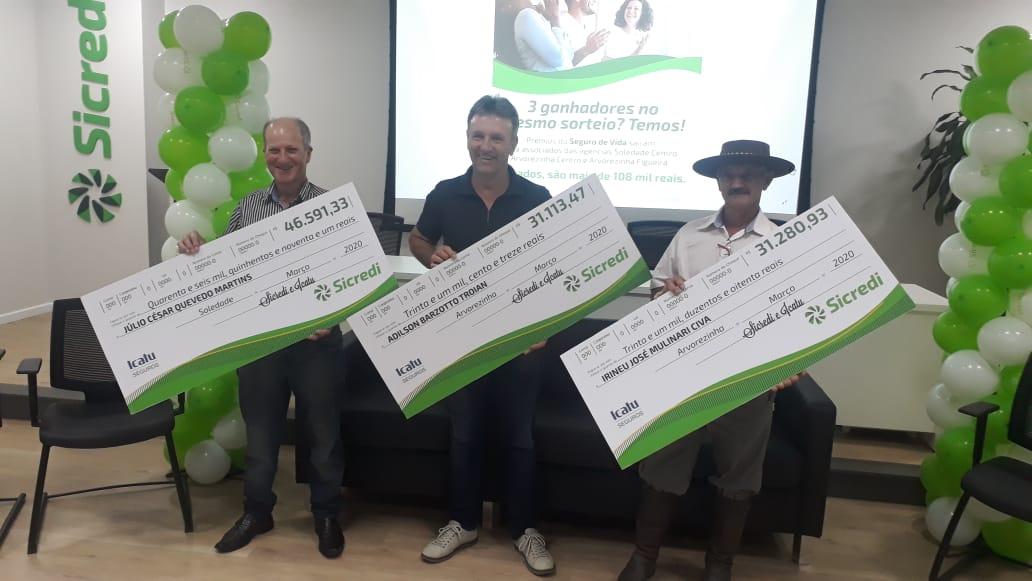 Sicredi realiza a entrega de prêmios do Seguro de Vida para três associados